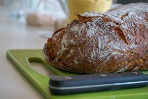 Leckere Brotscheiben mit dem Brotmesser bekommen